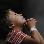 Praying boy In Covent Garden, London, England di Adi ALGhanem